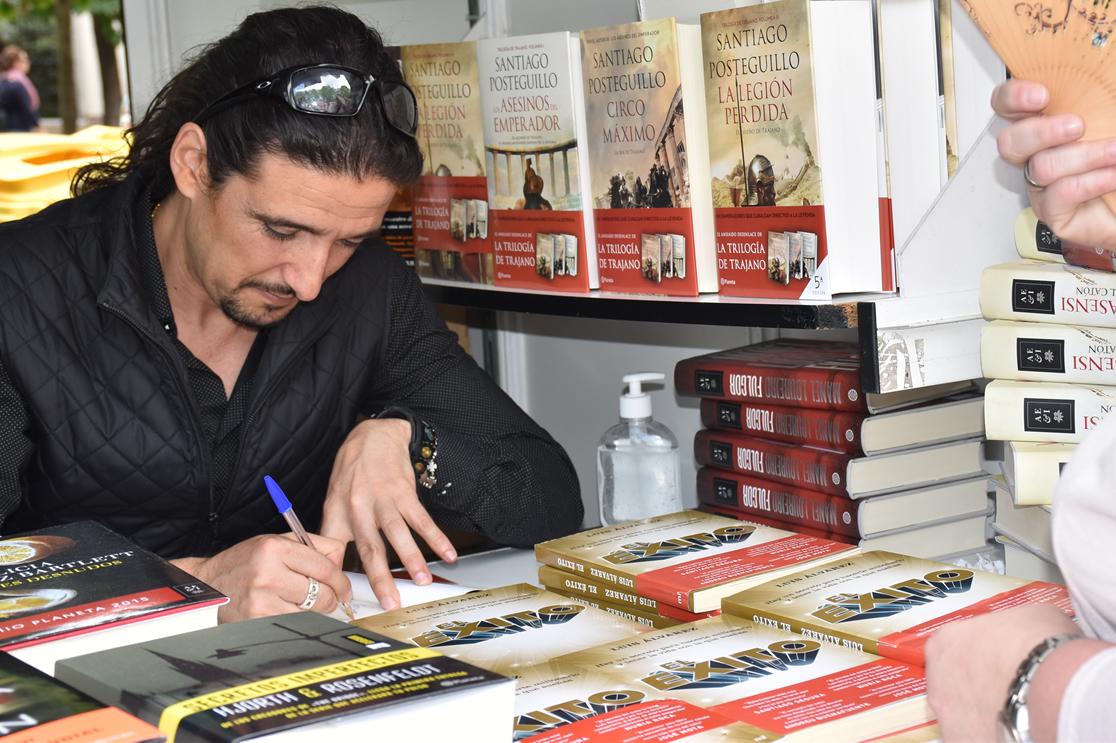 Luis Álvarez firmó ejemplares de El Éxito en la Feria del Libro